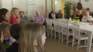 Elever från Bergö skola sjunger för invånare på det intilliggande serviceboendet.