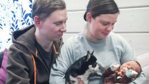 Katri ja Erno Blomqvist pitelevät vauvaa sylissään.