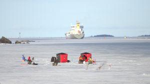 Isfiskare fotograferade från Myrgrundsbron nära färjeläget i Vasa.