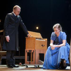Jukka Puotila och Cécile Orblin i Canth på Finlands nationalteater.
