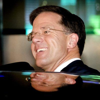 Hollands premiärminister Mark Rutte stiger ut ur en svart bil.