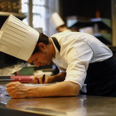 Anställd i restaurangen El Celler de San Roca, Girona.