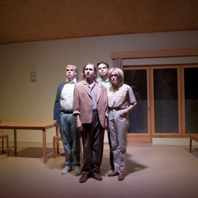 Q-teatterin Tavallisuuden aave. Antti Heikkinen, Ylermi Rajamaa, Pyry Nikkilä ja Laura Birn