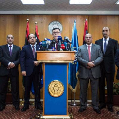 Ledningen för den libyska enhetsregeringen under en presskonferens i Tripoli på onsdagen 30.3.2016. Fayez Serraj i mitten.