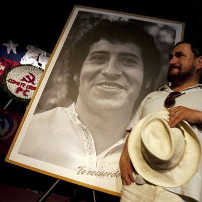 Vänsteraktivister höll en minnesstund för den mördade sångaren Victor Jara i Santiago de Chile år 2009