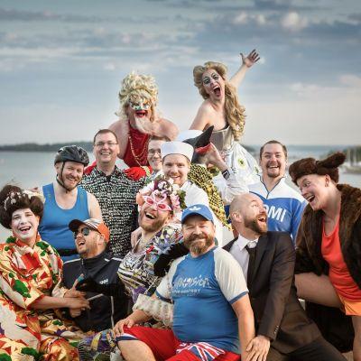 Homomusikaalin esiintyjät poseeraavat rannalla