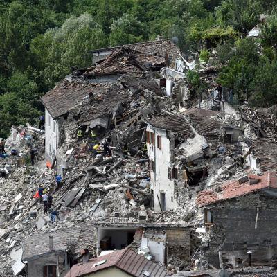 Byggnader i Pescara del Tronto ligger i ruiner.