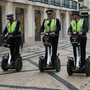 Poliser i Lissabon åker ståhjuling.