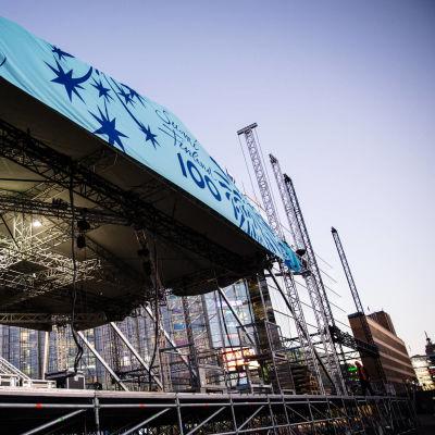 Huvudscenen för Finland 100 invigningsfesten på Medborgarplatsen