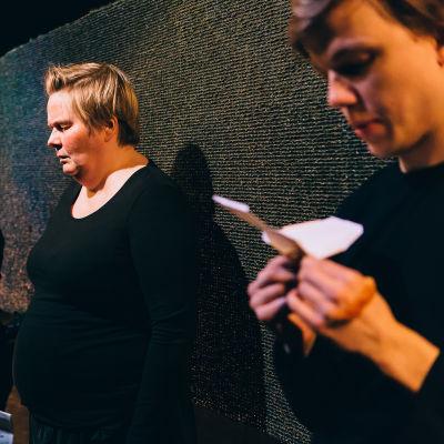 Foto från Miten kävi ja terveisiä på Teater Takomo.