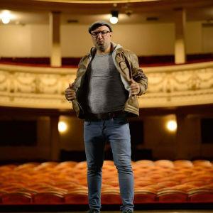Muusikko ja laulaja Gian Majidi Aleksanterin teatterin lavalla