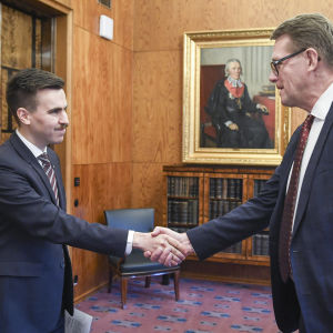 20191203 Matias Mäkynen (sd) esitti valtakirjansa puhemies Matti Vanhaselle 3. joulukuuta 2019. Mäkynen tulee eduskuntaan Jutta Urpilaisen tilalle, joka valittiin EU:n kansainvälisistä kumppanuuksista vastaavaksi komissaariksi Euroopan komissioon.