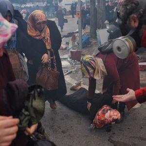 En skadad demonstrant efter kravallpolisens tillslag mot demonstranter utanför tidningen Zamans redaktion i Istanbul på lördagen