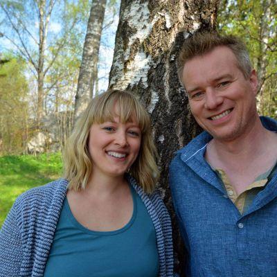 Mårten Svartström ja Elin Skagersten-Ström juontavat Strömsön saunaillan.