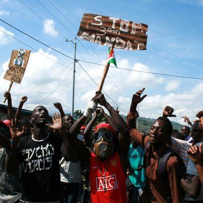 Demonstranter protesterar i Bujumbura, Burundi mot att president Pierre Nkurunziza ställer upp för omval för tredje gången.