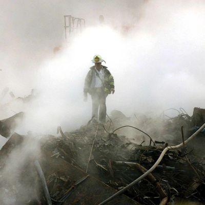 Bild på brandman mitt i ett stort rökmoln.