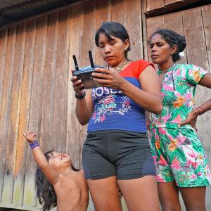 Aldira Akai lennättää droonia Sawré Muybu -intiaanikylässä Brasiliassa.