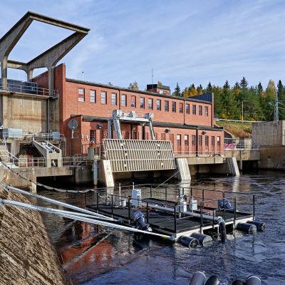 Kelluva kalatie on vesivoimalan alapuolella. Järjestelmästä lähtee putkia ohi voimalan.
