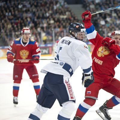 Lasse Kukkonen puolustaa maalinedustaa.