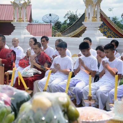 Thaimaan luolasta pelastetut 11 poikaa osallistuivat tiistaina kotikaupunkinsa temppelissä seremoniaan, jossa heistä tehdään munkkinoviiseja.