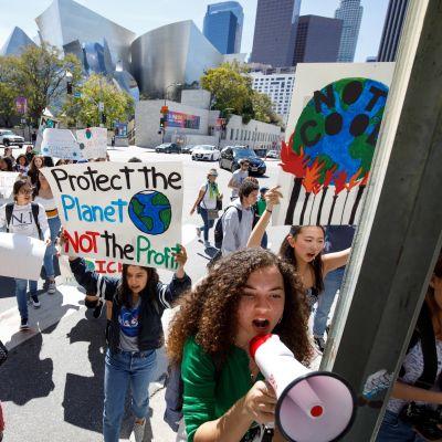 Nuoriso vaati ilmastonsuojelua Los Angelesissa maaliskuussa.