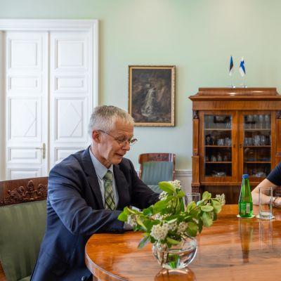 Suomen Viron-suurlähettiläs Timo Kantola ja Viron pääministeri Kaja Kallas.