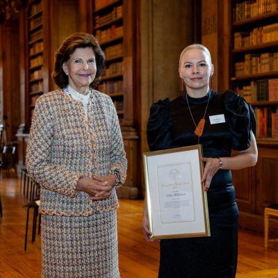 Kuvassa kuningatar Silvia ja Inka Häkkinen. Häkkinen sai diplomin innovatiivisesta hoitotyön kehittämisestä.
