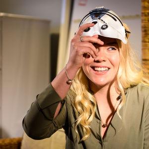 Luciakandidat Annica Tallqvist med mask för ansiktet.