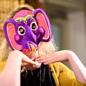 Luciakandidat med färggrann elefantmask för ansiktet.