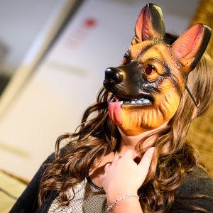 Luciakandidat Annica Tallqvist med djurmask för ansiktet.