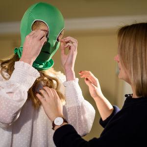 Luciakandidat Ingrid Holm iklär sig grön mask till intervju med x3m.