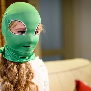 luciakandidat Ingrid Holm iklädd grön apbur intervjuas för x3m.