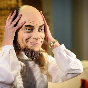 Luciakandidat Cecilia Forsström intervjuas med mask för ansiktet.