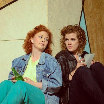 """Frida Lassus och Mecki Ruokolahti i """"Doris, flickan med läderrock""""."""