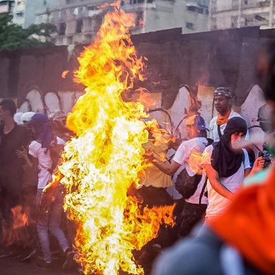 En man stacks i brand av demonstranter i Caracas, efter att de misshandlat och knivhuggit honom 20.5.2017