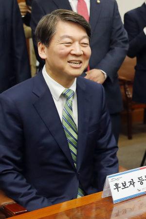 Ahn Cheol-Soo, ledaren för ett litet center-högerparti har seglat upp som den främsta konservativa utmanaren i presidentvalet