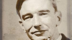 Fotografiet av Olof Enckell publicerades i Hbl den 19.11.1933 i samband med recensionen av Vårt hjärta.