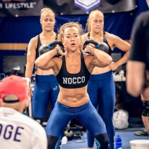 Sara Pihlflykt som lyfter två vikter i en tävling.