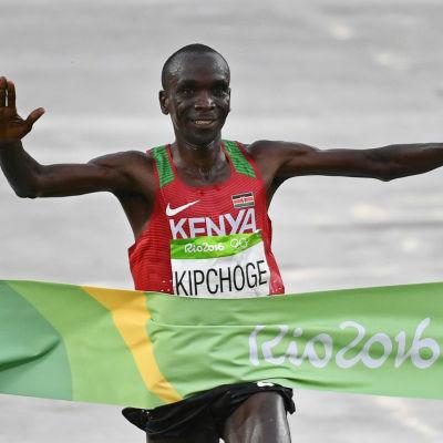 Eliud Kipchoge går i mål och tar maratonguld i OS.