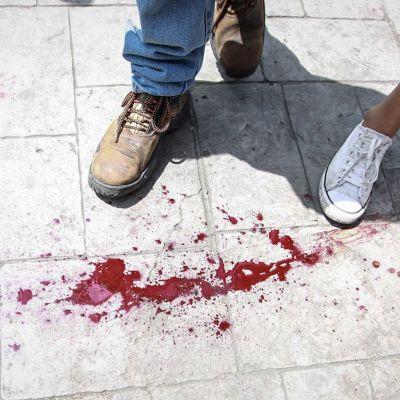 Blodspåren efter den kvinna som dödades utanför en vallokal i västra Caracas 16.7.2017.