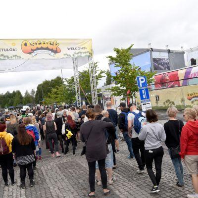 Yleisö jonottaa Qstock-festivaalinportilla.
