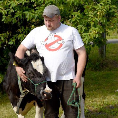 19-vuotias Mielikki lehmä ja isäntä Perttu Taka-Eilola