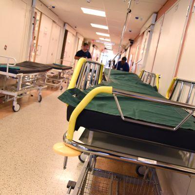 Sairaalasänkyjä käytävällä Oulun yliopistollisen sairaalan päivystyksessä.