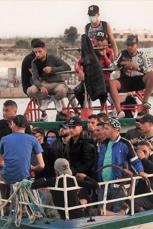 Migranter från Tunisien som anländer med båt till Lampedusa.