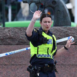 Polis vid Malmö centralstation.
