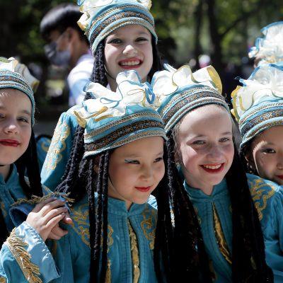 Kirgisialaisia tyttöjä kansallispuvuissa valmiina esiintymään kansainvälinen lastensuojelupäivänä.