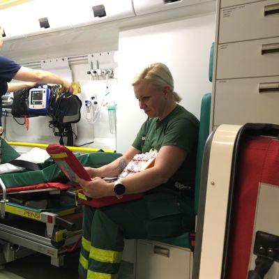 Ensihoitajat Heini Alapiha ja Minna Potgieter tarkistavat ambulanssin ja välineistön kunnon ennen kuin aamun ensimmäinen hälytys tulee.