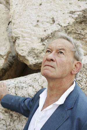 Kuvassa Simon Schama Temppelivuorella Jerusalemissa.