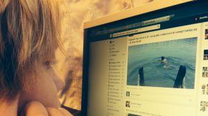 Annika Löfgren tittar på datorskärmen