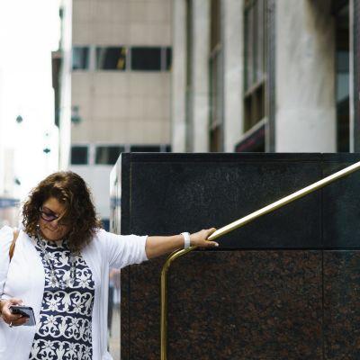 Nainen tutki kännykkäänsä New Yorkissa kesäkuussa 2018.